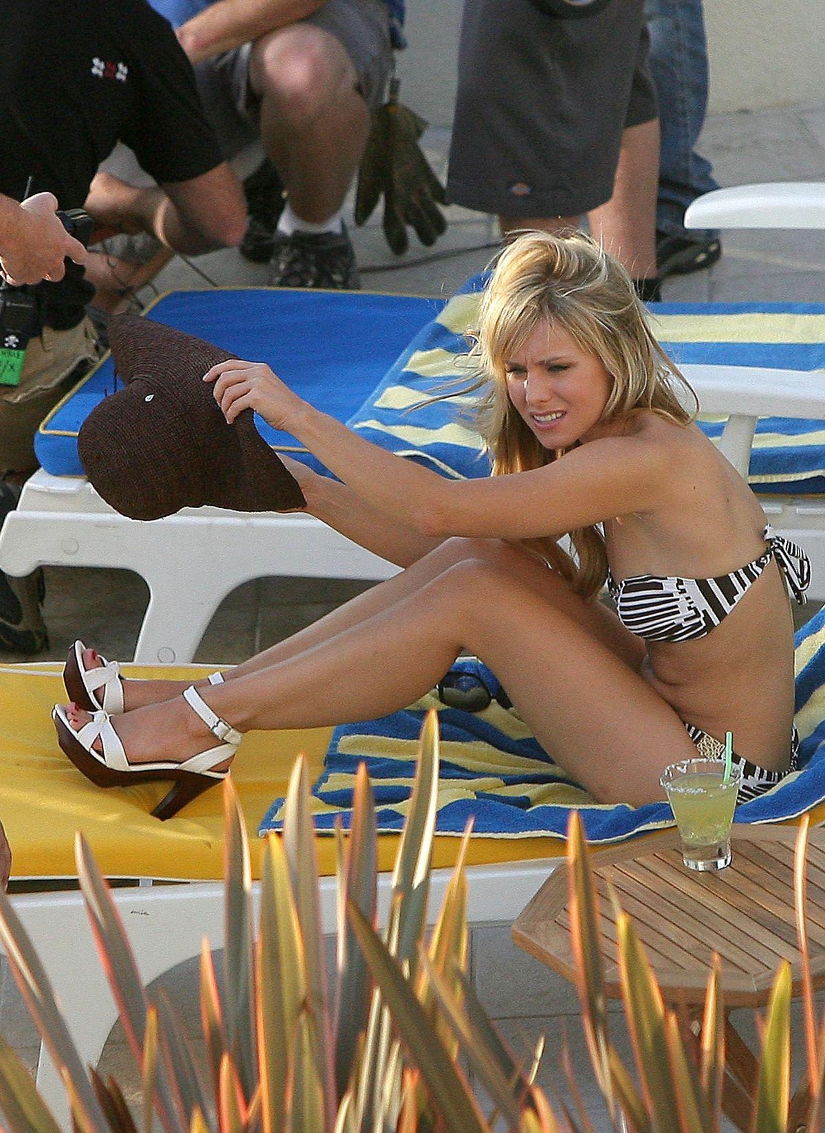 48271 Kristen Bell bikini candids on the set of Heroes 001 122 122 521lo Gay Entertainment, Gossip, Music, Fashion   Popnography: Blake's audio gay ...